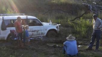 Vater und Söhne mit Farmer und Park Ranger im australischen Busch