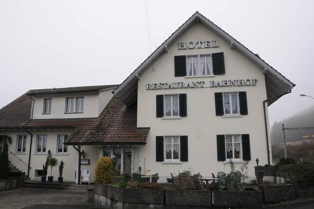 """Im Dezember 2015 wurde bekannt: Der Kanton Aargau eröffnet im Januar eine grosse Asylunterkunft im Restaurant-Hotel """"Bahnhof"""" in Felsenau, einem 180-Seelen-Ortsteil von Leuggern."""