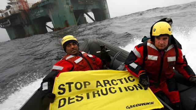 Greenpeace-Chef Kumi Naidoo (links) in Aktion