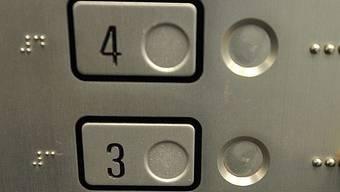 Lift blieb zwischen dritter und vierter Etage stecken.