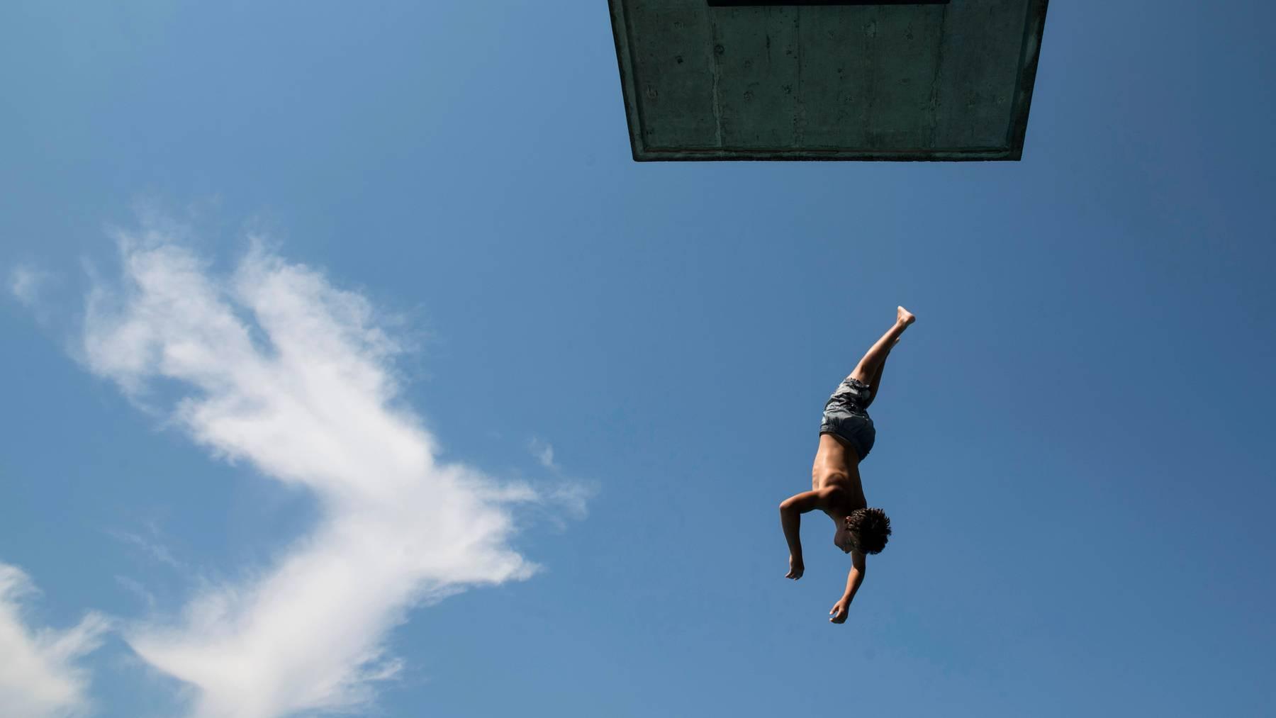 Vom Sprungbrett in den See springen kostet in Zürich auch im Jahr 2022. (Symbolbild)