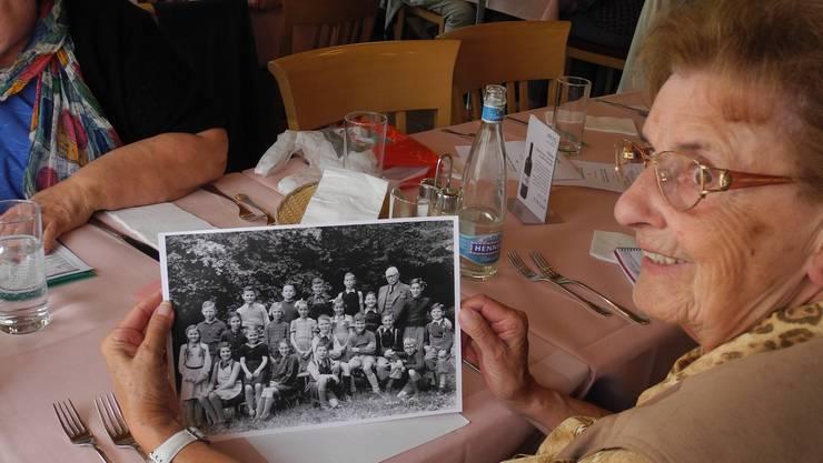 Sie ist die zweite von links: Margrit Geerig-Frei zeigt ein Klassenfoto ihres Jahrgangs.