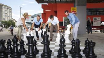 Schach der Langeweile auf dem Marktplatz (von links):Chantal Heusser (IG Spielplätze), Mike Brotschi (Standortmarketing), Stadtpräsident François Scheidegger und Patrick Nyffenegger, Leiter Stadtgrün.