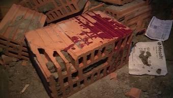 Eine heftige Sturmböe liess in Unterkulm einen frisch gemauerten Dachgiebel einstürzen. Ein Mann wurde dabei unter den Bascksteinen begraben und verletzt.