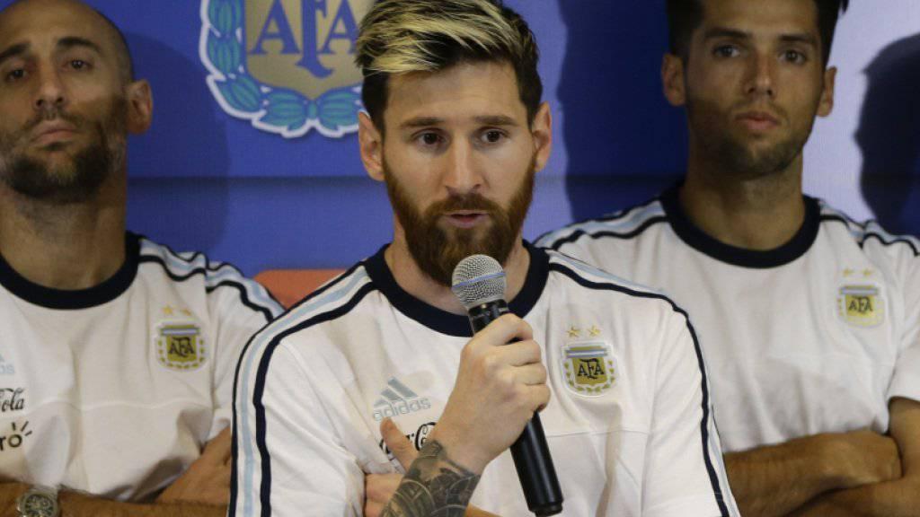 Lionel Messi verkündet im Beisein seiner Teamkollegen den Boykott