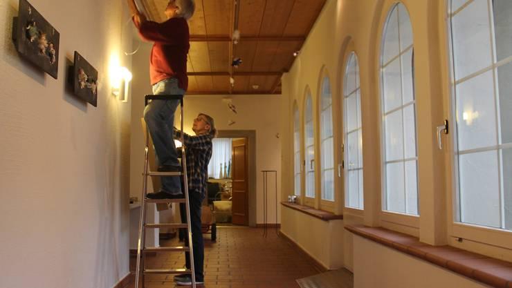 Im Kreuzgang des Klösterli wurden gestern noch die letzten Bilder aufgehängt. Tr