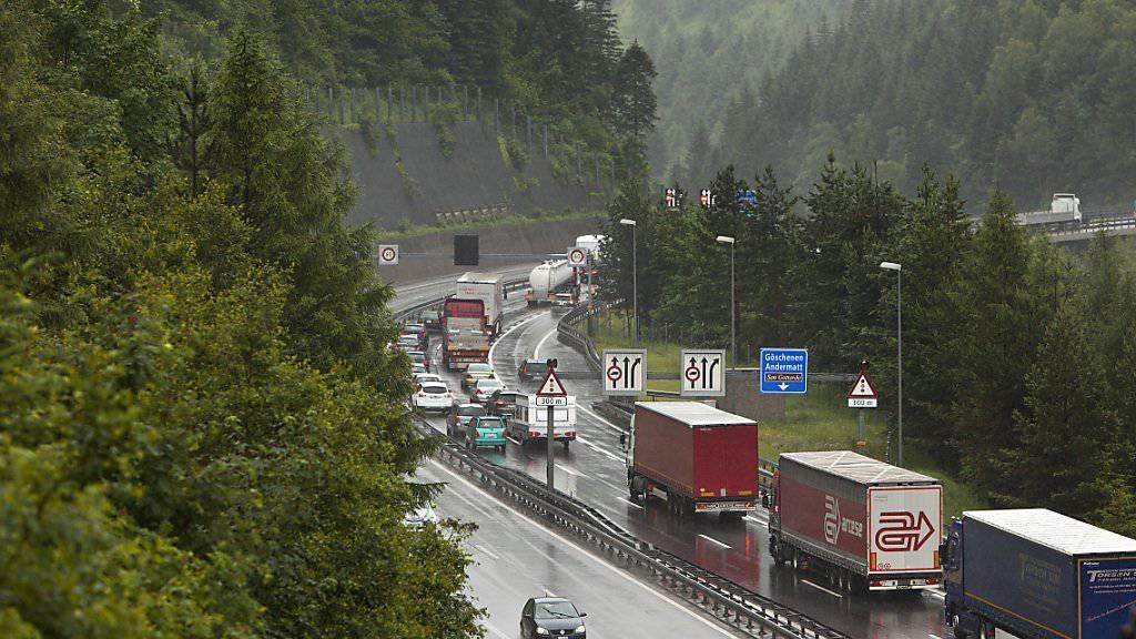 Erstmals sind im ersten Halbjahr 2016 weniger als 500'000 Lastwagen durch die Schweizer Alpen gefahren. Die Bahn hat im alpenquerenden Güterverkehr weitere Marktanteile gewonnen. (Archivbild)