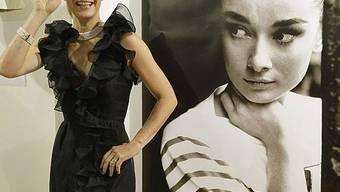 Ein Model trägt ein Abendkleid von Audrey Hepburn