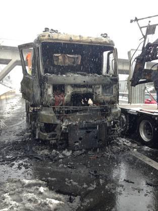 Der Brand ist auf eine technische Ursache zurückzuführen. Der Sachschaden am Fahrzeug beträgt laut ersten Schätzungen rund 200'000 Franken.