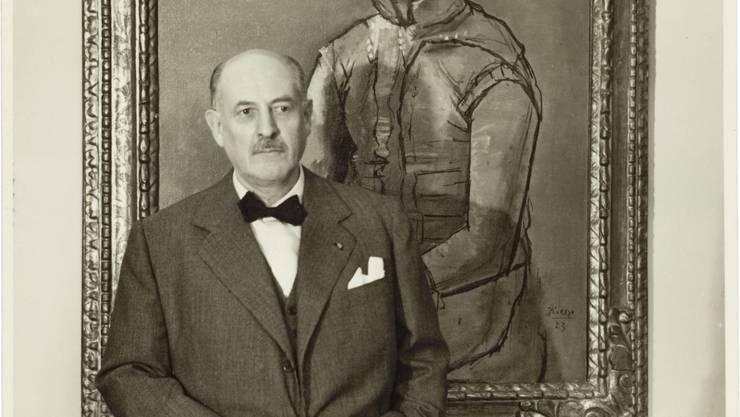 Karl Im Obersteg posiert vor Picassos «Arlequin».