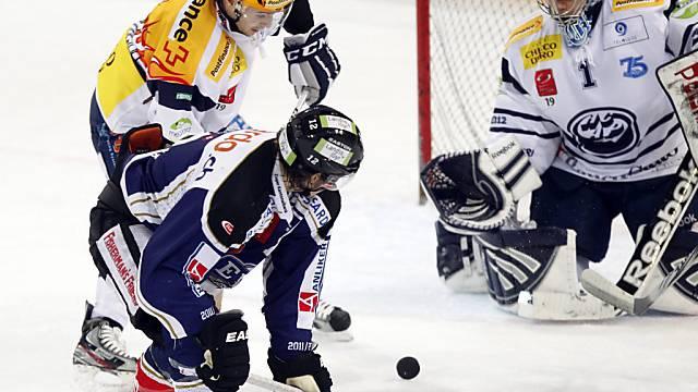 Zugs Sutter (unten) zaubert vor Ambri-Goalie Schäfer (links Noreau)