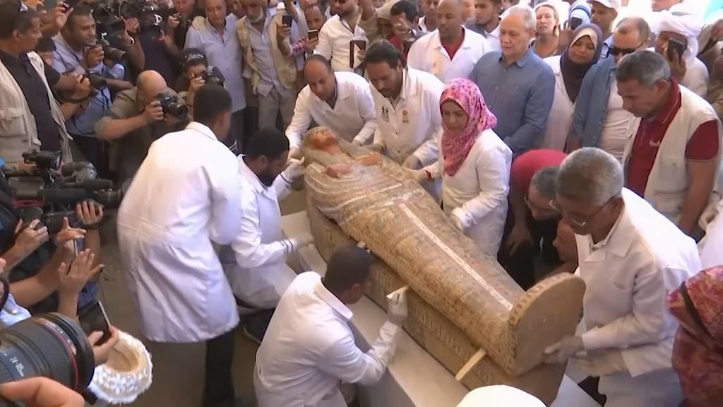 Über 2000 Jahre alte Sarkophage werden vor laufender Kamera geöffnet