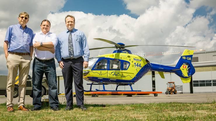 Chefarzt Reto Stocker, AAA-CEO Jürg Fleischmann und Aeroclub-Aargau-Vize René Dubs (von links) vor Heli und Hangar.