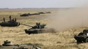 Ukrainische Panzer am Freitag auf dem Weg zur de-facto-Grenze mit der Krim nahe Kherson in der Südukraine.