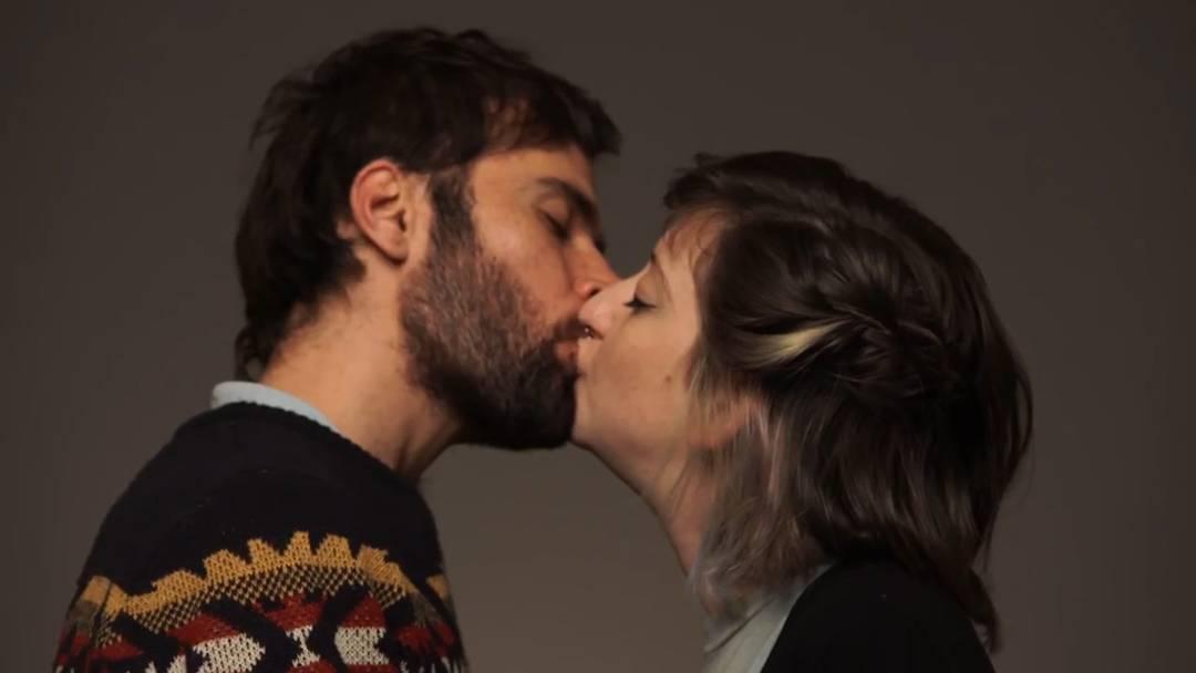 Jüdisch-arabisches Kuss-Video als Antwort auf Rassismus im israelischen Lehrplan