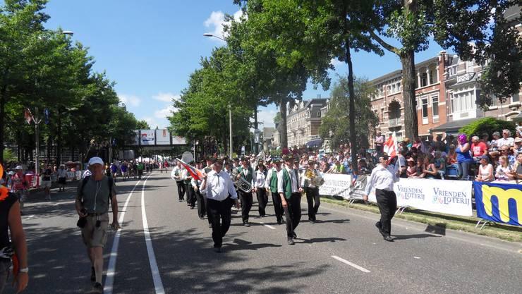 Marschmusikparade Zieleinmarsch 4-Tagemarsch Nijmegen, Holland