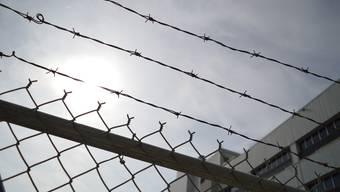Seit fast einem Jahr sitzt der Mann schon im Gefängnis, aktuell im vorzeitigen Strafvollzug. Die 12 Monate, die er nun erhielt, sind somit eine Zusatzstrafe. (Symbolbild)