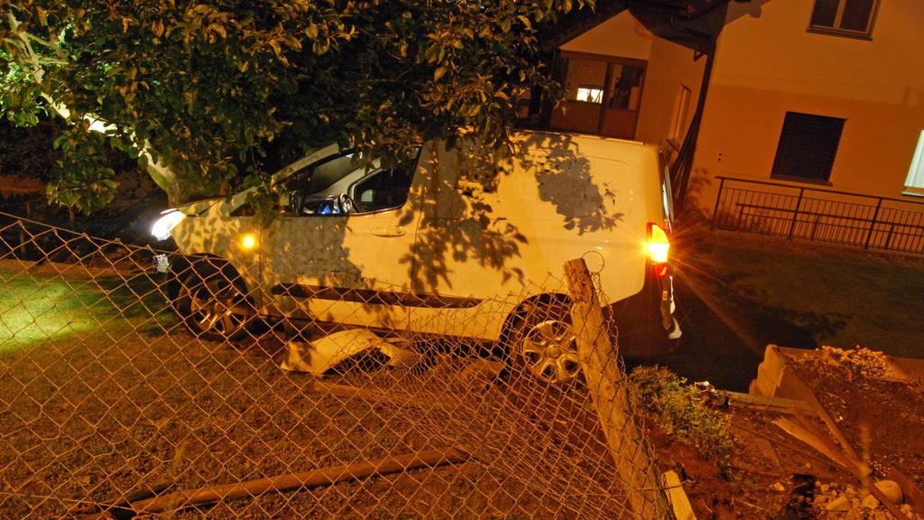 Fahrer fährt unter Drogeneinfluss in Baum