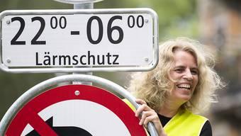 """Sicherheitsvorsteherin Karin Rykart (Grüne) montiert die erste """"Tempo 30 nachts""""-Lärmschutztafel an der Höschgasse in Zürich."""