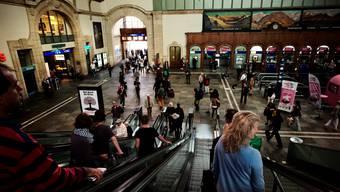 Die Schalter in der Bahnhofshalle bleiben während des Umbaus geöffnet.