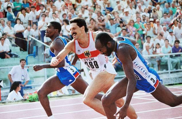 1987 wird Moses (rechts) über 400 Meter Hürden in Rom Weltmeister. Er verteidigt damit seinen Titel.