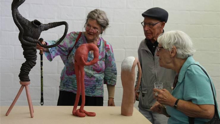Besucher bewundern die Fragilität in den von Selina Baumann aus Ton geformten Körpern. Peter Schütz
