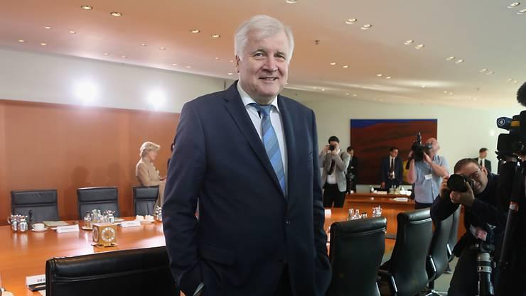 """Der deutsche Innenminister Horst Seehofer (CSU) am Mittwoch beim Eintreffen zur Kabinettssitzung - das Kabinett billigte sein """"Geordnete-Rückkehr-Gesetz""""."""
