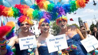 Schwule, Lesben, Bisexuelle, Transgender demonstrieren auf dem Berliner Ku'damm.