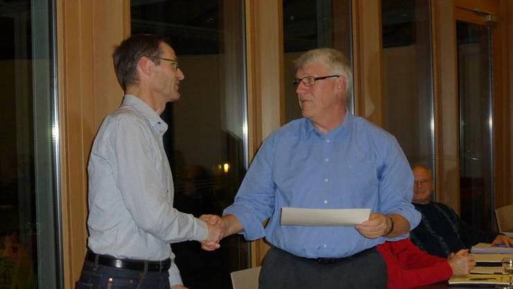 Thomas Hersperger (Präsident, links) dankt dem abtretenden Kassier Guido Wehrli