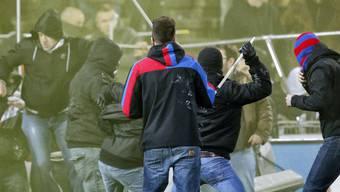 Basler Hooligans (vorne) gegen Aarauer Chaoten am 15. Mai 2014 (Archivbild).