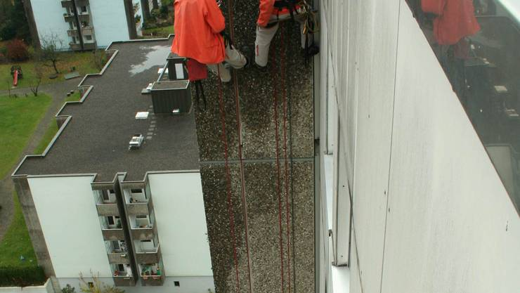 Blitzableiter: Florian Rot (links) und Alejandro Miquel müssen sich an sechs Stellen des Hochhauses hinunterarbeiten. (Philippe Wenger)