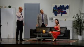 Drama in der Anwaltskanzlei: Auf der Bühne im Gemeindesaal wird gezofft und gezankt.