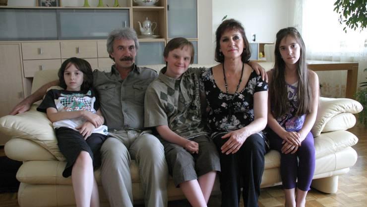 Die Familie Spomer von links mit Maximilian, Vater Andrej, Daniel, Mutter Tatjana und Juliane in ihrem Zuhause in Zufikon. ahu