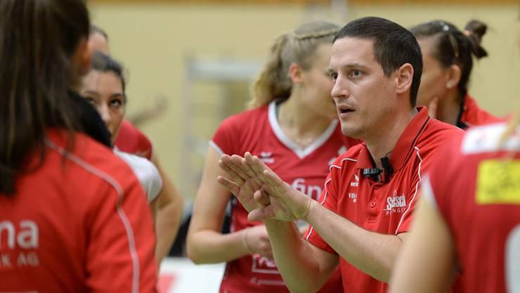 Trainer mit Leib und Seele: Timo Lippuner gibt den Sm'Aesch-Spielerinnen Anweisungen.