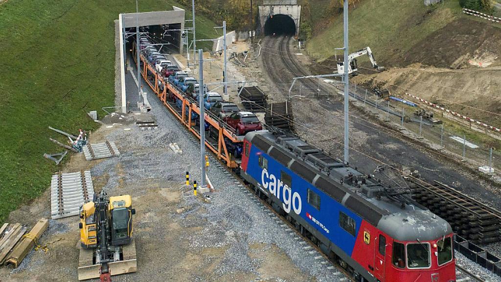 Seit Freitag rollen die SBB-Züge durch den neuen Bözbergtunnel im Kanton Aarau. Der alte Tunnel (rechts im Bild) wird zum Dienst- und Rettungsstollen umgebaut.