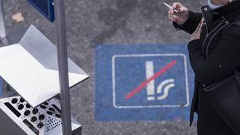 Wartende Kunden dürfen nicht mehr als zwei Meter vom Aschenbecher entfernt rauchen.