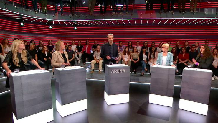 Camille Lothe (JSVP), Elisabeth Schneider-Schneiter (CVP), Moderator Sandro Brotz, Helen Issler (Alliance F), Tamara Funiciello (Juso).