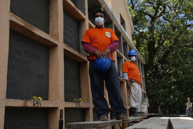 Für die über 200 Opfer werden die Gräber vorbereitet.