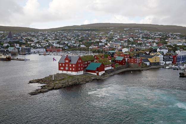 Markant sind die roten Holzhäuser auf der Halbinsel Tinganes.