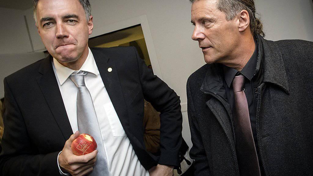 CVP-Kandidat Christophe Darbellay (links) machte im ersten Wahlgang der Walliser Regierungswahlen vor zwei Wochen das beste Resultat und ist praktisch schon gewählt, während der bisherige SVP-Staatsrat Oskar Freysinger um seine Wiederwahl zittern muss. (Archiv)