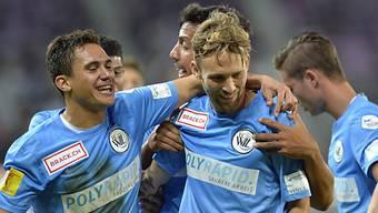 0:2-Torschütze Pascal Cerrone und seine Kollegen feiern den Sieg.