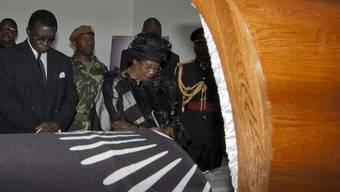 Malawis neue Präsidentin am Sarg ihres verstorbenen Vorgängers