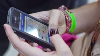 Wer in Lenzburg nicht mehr über das Swisscom-Netz mobil telefonieren kann, hat gute Chancen, die Abo-Fesseln vorzeitig zu lösen.
