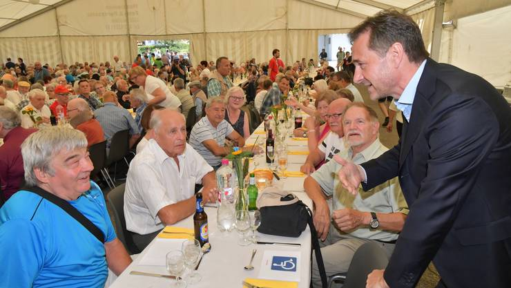 Initiant Guido Fluri organisierte ein «historisches Treffen»: Über 800 ehemalige Verdingkinder kamen nach Mümliswil.