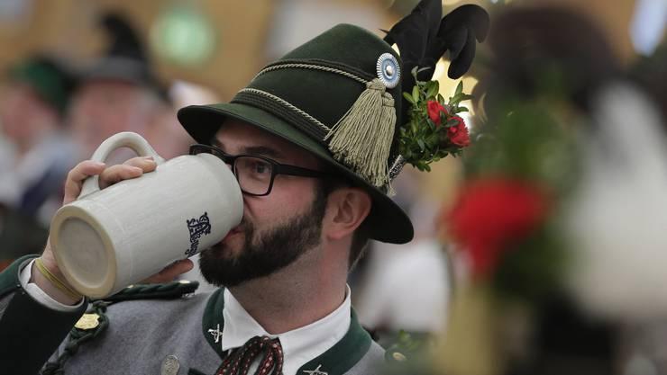 Prost - traditionelle Münchner-Kluft ist Pflicht am Oktoberfest.