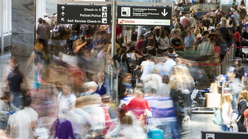 Rund Hunderttausend Fluggäste pro Tag verzeichnet der Flughafen in  Zürich zurzeit