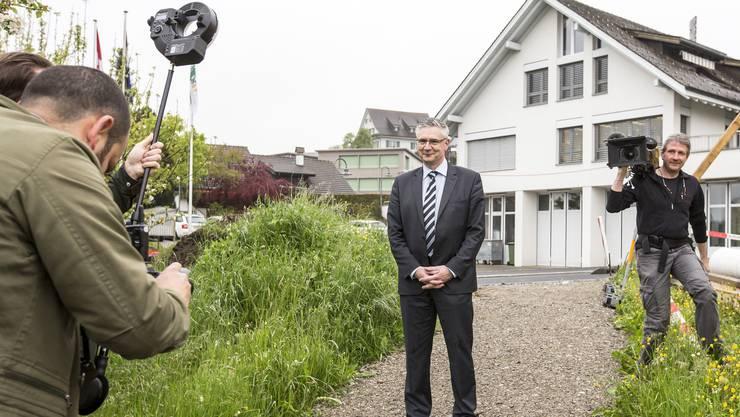 Im Zentrum des Medieninteresses: Oberwil-Lielis Gemeindeammann Andreas Glarner posiert am Tag seines Abstimmungserfolgs für die Kameras.