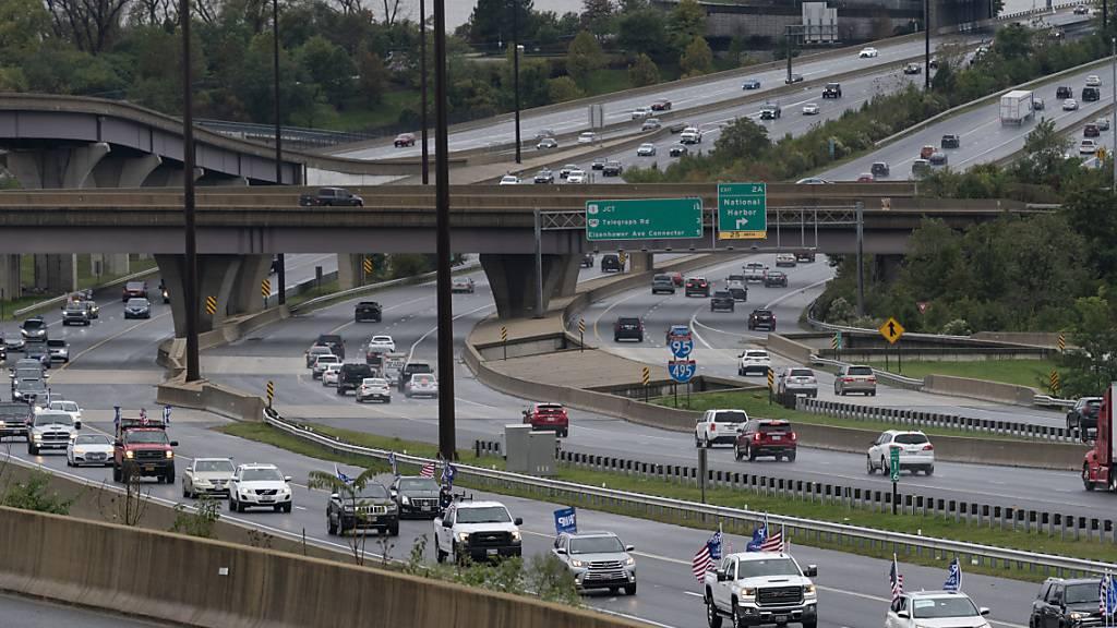 Anhänger von US-Präsident Donald Trump haben versucht, Fahrzeuge im Tross des Herausforderers Joe Biden von der Strasse abzudrängen. Das FBI ermittelt.