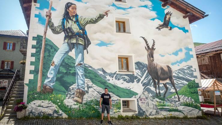 In Bivio im Kanton Graubünden ist am Wochenende ist das erste alpine Art Graffiti des Zürcher Künstlers Redl eingeweiht worden. Ein einheimisches Mädchen stand Modell.