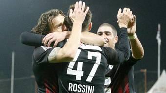 Die Aarauer freuen sich ausgelassen über ihren 2:0 Erfolg gegen Lugano.